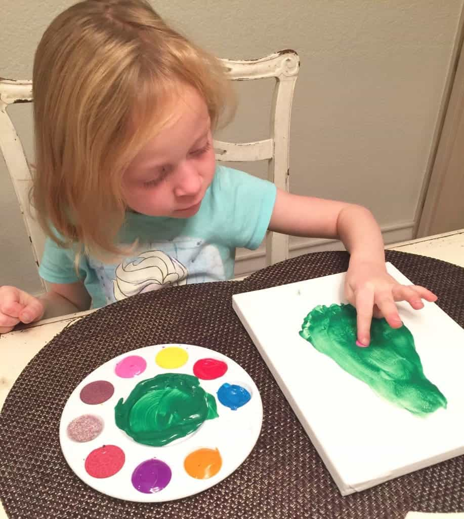 Are you looking for a fun Christmas craft for kids? Check out this easy Christmas Tree Footprint craft with step-by-step directions that is ideal for toddlers and preschoolers.